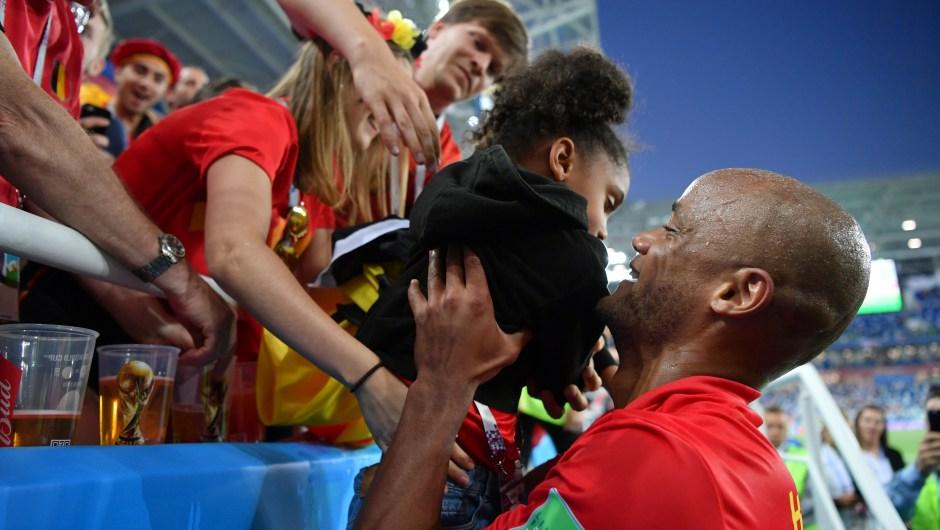 Vincent Kompany de Bélgica celebra con su hija la victoria de su selección ante Inglaterra. (Crédito: Dan Mullan/Getty Images)