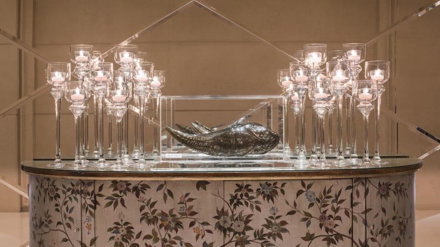 """El hotel tiene algunas obras de arte increíbles en exhibición en sus espacios públicos. Estos incluyen """"Fishes"""", de Frank Gehry."""