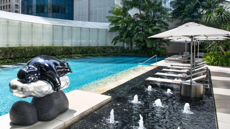 Tropical Spa Pool: una gran escultura del artista taiwanés Li Chen domina la piscina al aire libre del hotel.