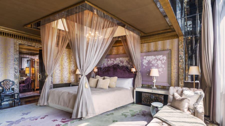 El dormitorio principal cuenta con una cama tamaño gigante con ropa de cama de lujo adornada con cojines de seda. Los huéspedes pueden controlar los dispositivos electrónicos de la habitación, como el aire acondicionado, la iluminación y la TV, con un control remoto de cabecera especialmente diseñado.
