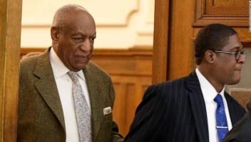 Bill Cosby abandona el juzgado en una vista en marzo de 2018. (Crédito: DAVID MAIALETTI/AFP/Getty Images)
