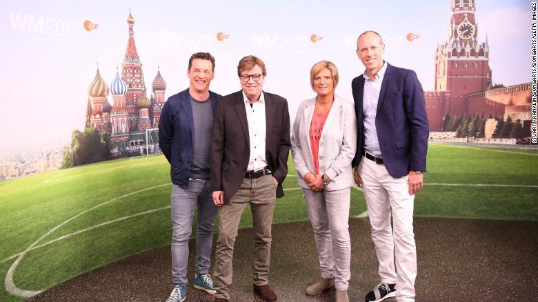 Oliver Schmidt, Bela Rethy, Claudia Neumann y Martin Schneider posan para una foto durante la presentación del equipo de presentadores de ARD y ZDF para la Copa Mundial de la FIFA.