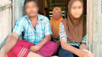 Una fotografía proporcionada por el New Strait Times en Malasia muestra al hombre, a su segunda esposa en el centro y a la niña de 11 años, a la derecha.
