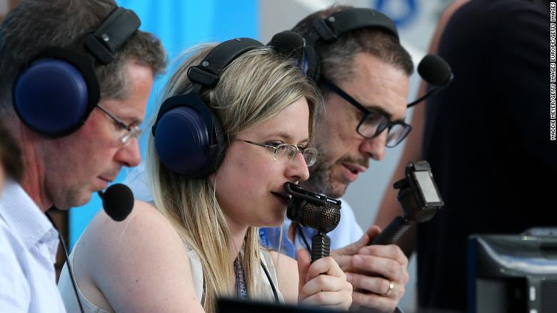 Vicki Sparks comenta para la BBC durante el partido del grupo B entre Portugal y Marruecos.