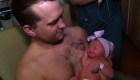 """Padre """"amamanta"""" a su hija recién nacida"""