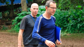 Richard Stanton, a la izquierda, y John Volanthen en el norte de Tailandia el martes, un día después de localizar al equipo atrapado. (Crédito: AP Photo/Str)