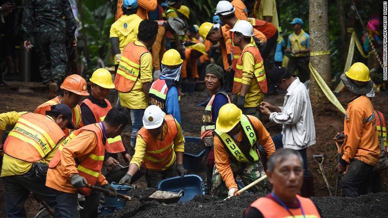 Los trabajadores arreglan el camino que lleva al sistema de cuevas Tham Luang Nang Non después de que el equipo fuera encontrado con vida.