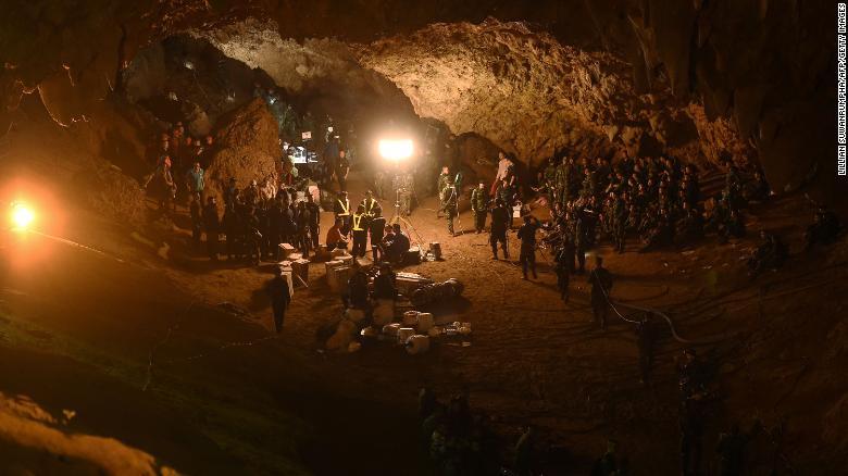 Los soldados tailandeses pasan el cable eléctrico por el sistema de cuevas Tham Luang Nang Non.