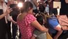 Inmigrante de Guatemala en EE.UU. recupera a su hijas después de 2 meses