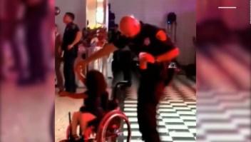 Baile de un policía con niña en silla de ruedas es viral