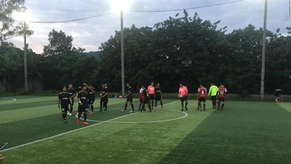 Los miembros del equipo de mayores de Wild Boar entrenan por primera vez desde la desaparición de sus compañeros de equipo juvenil, hace más de dos semanas.