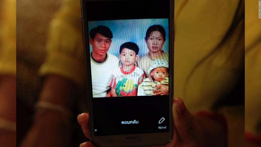Entrenador de fútbol Ekkapol Ake Chantawong, en una foto cuando era un niño junto a sus padres y su hermano, todos muertos.