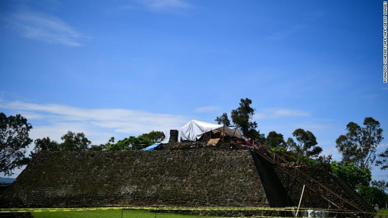 Un equipo trabaja en la parte superior de la pirámide de Teopanzolco en el estado de Morelos, México, el miércoles. El daño causado por un terremoto de 2017 reveló una subestructura dentro de la pirámide.