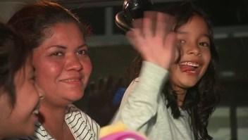 Niña inmigrante se reúne con su madre en EE.UU.