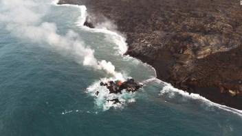 """Una vista más cercana de la nueva """"isla"""", que se estima que se encuentra a pocos metros de la costa, y tal vez de 6-9 metros de diámetro."""