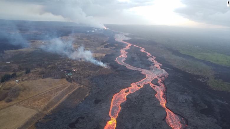 El canal de lava trenzada se extiende desde la abertura de la fisura 8 (cerca de la parte superior, en el centro) y fluye hacia el océano.