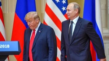 El presidente de Rusia, Vladimir Putin, junto al presidente de Estados Unidos, Donald Trump, a su llegada a la conferencia de prensa tras su cumbre en Helsinki el 16 de julio de 2018. (Crédito: YURI KADOBNOV/AFP/Getty Images)