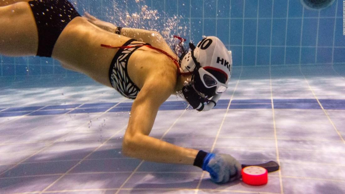 Así se juega al hockey subacuático