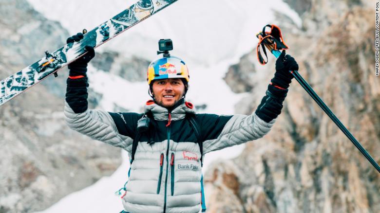 Andrzej Bargiel se ha convertido en la primera persona en esquiar desde la cima del K2 que se encuentra a 8.611 metros de altitud.
