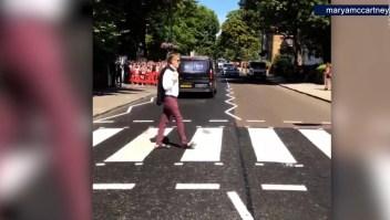 "Paul McCartney recrea la portada de ""Abbey Road"""