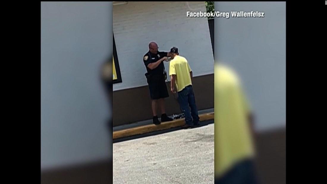 Policía ayuda a mendigo a conseguir trabajo