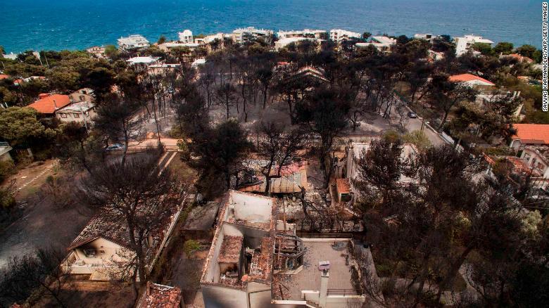 Imagen aérea de las consecuencias del fuego en Mati. (Crédito: SAVVAS KARMANIOLAS/AFP/Getty Images)