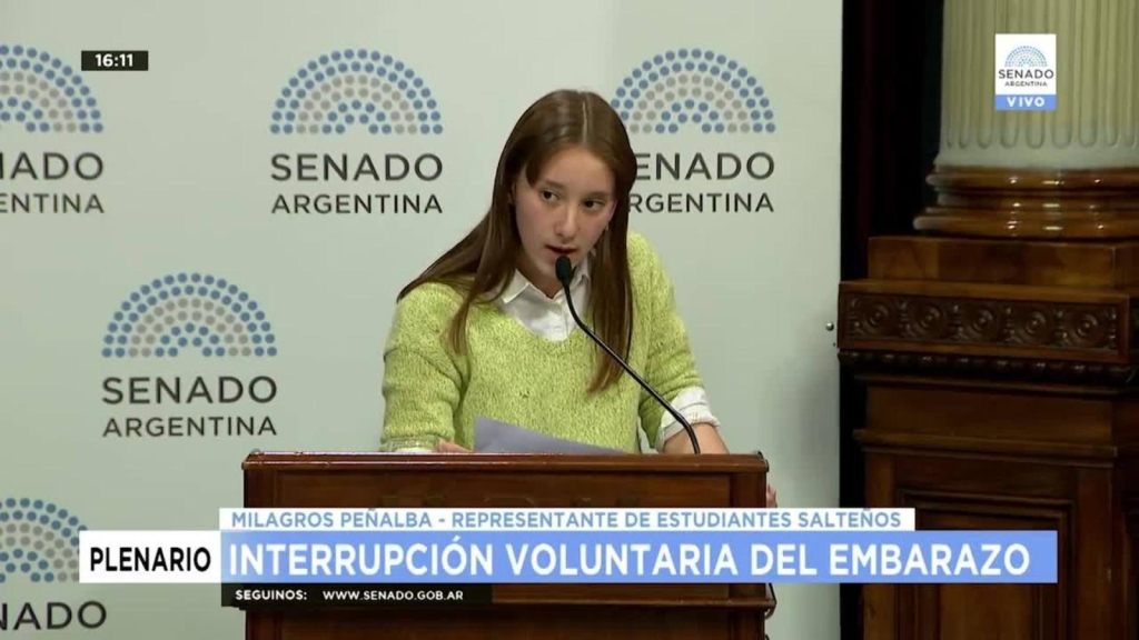 Adolescente proaborto en Argentina da discurso viral