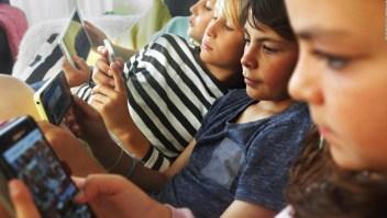 Escuelas en Francia prohíben los celulares a menores de 15