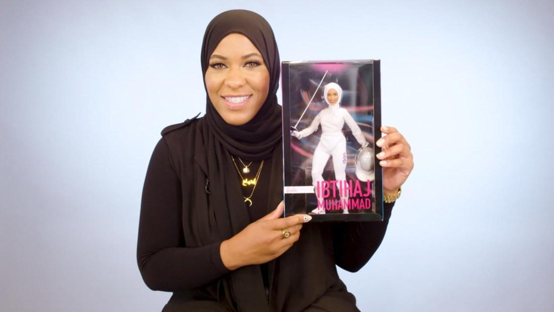 Esgrimista con hiyab tiene su Barbie