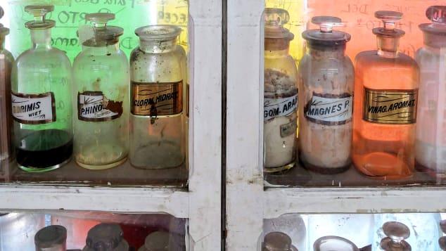 Botica Alhondiga guarda algunas de sus botellas viejas etiquetadas a mano en exhibición.