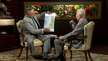 El diputado chavista Pedro Carreño, en un momento de la entrevista en el que enseña el mapa de Colombia.