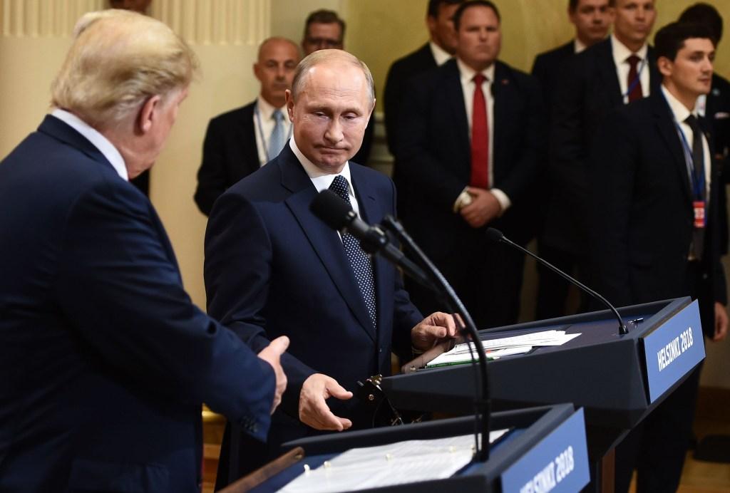 Vladimir Putin y Donald Trump, presidentes de Rusia y Estados Unidos, respectivamente, estrechan sus manos tras reunirse en Helsinki, Finlandia. (Crédito: BRENDAN SMIALOWSKI/AFP/Getty Images)