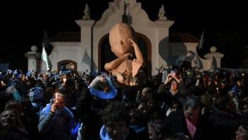 Manifestantes en contra de la ley de legalización del aborto en Argentina. 3 de julio de 2018. (Crédito: EITAN ABRAMOVICH/AFP/Getty Images)