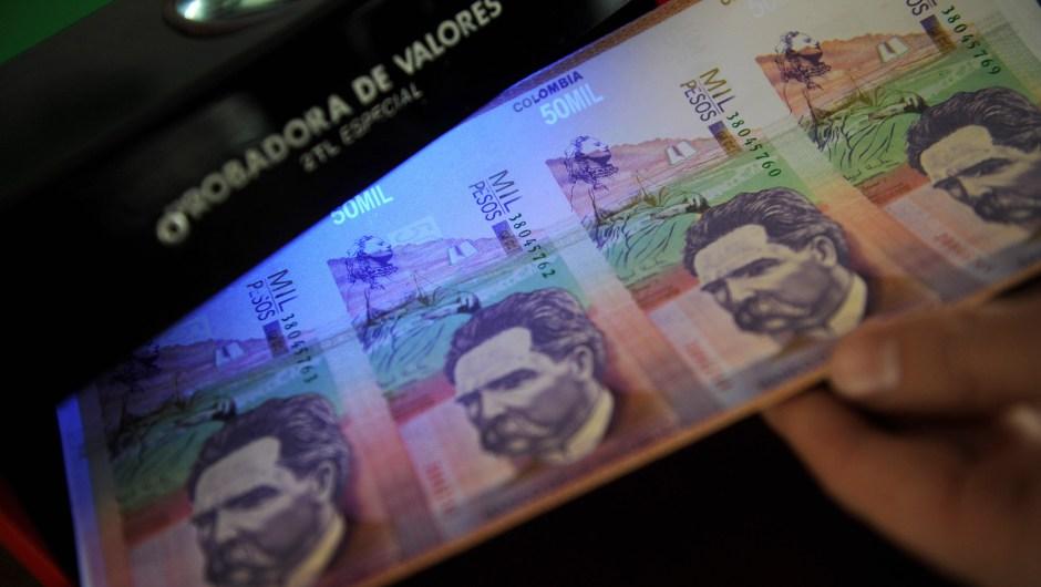 Colombia no ha eliminado ceros de su moneda en toda su historia, pero en la actualidad el Congreso debate implementar esta medida y suprimir tres ceros, a propuesta del propio Gobierno. (Crédito: RAUL ARBOLEDA/AFP/Getty Images)