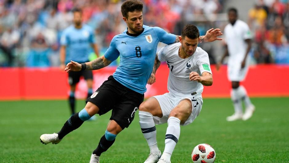 El centrocampista uruguayo Nahitan Nandez (izquierda) y el defensa francés Lucas Hernández compiten por el balón durante la primera mitad del partido, cuando ambas selecciones continúan con empate a 0 goles. (Crédito: MARTIN BERNETTI/AFP/Getty Images)