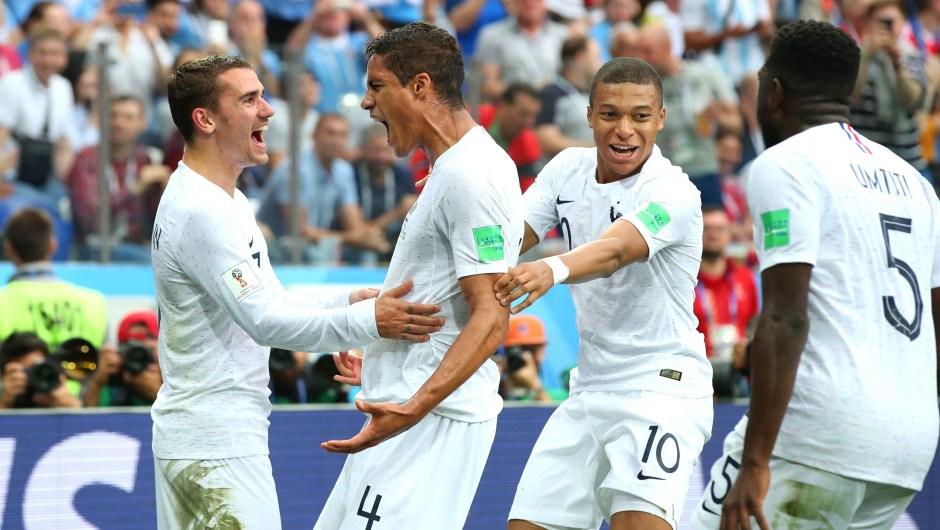 Raphael Varane marcó el primer gol de Francia contra Uruguay. En la imagen, su celebración junto a sus compañeros de selección, Kylian Mbappe y Antoine Griezmann. (Crédito: Alex Livesey/Getty Images)