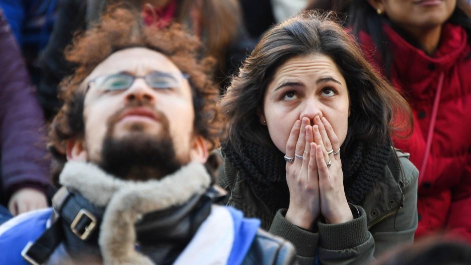 Tensión entre los fans de Uruguay mientras el partido sigue 0-1 para Francia. (Crédito: PABLO PORCIUNCULA/AFP/Getty Images)