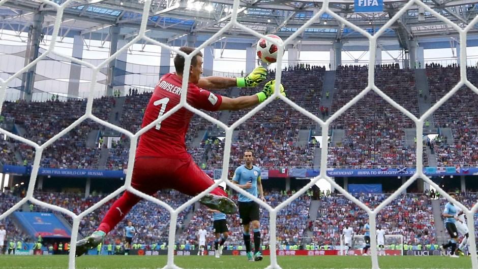 Momento en el que el arquero de Uruguay, Fernando Muslera, no es capaz de parar el balón enviado por Antonie Griezmann y Francia marca su segundo gol en los cuartos de final. (Crédito: Alexander Hassenstein/Getty Images)