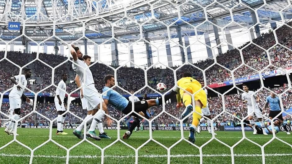 Hugo Lloris, arquero de Francia, salva un balón durante el partido ante Uruguay. La selección sudamericana no ha conseguido marcar ningún gol cuando van 70 minutos de partido. (Crédito: FRANCK FIFE/AFP/Getty Images)