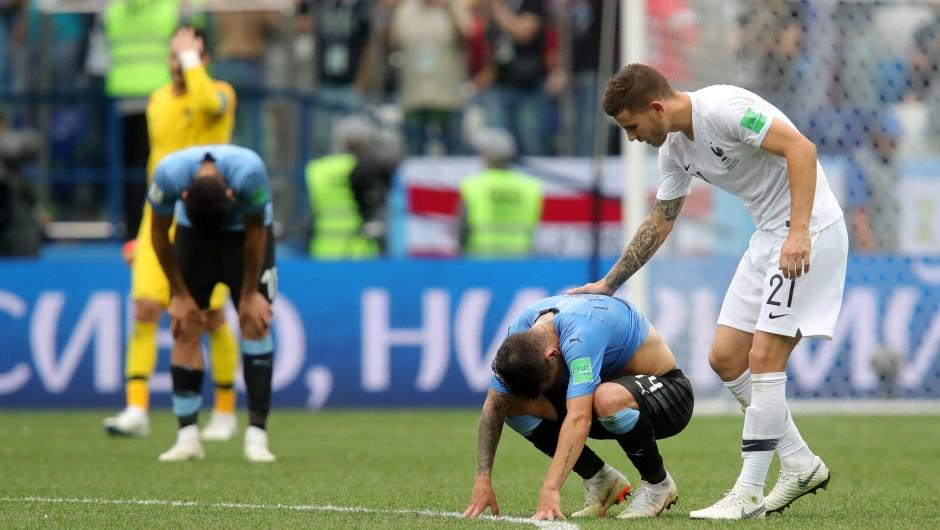 El francés Lucas Hernandez consuela a su compañero de Uruguay Lucas Torreira tras ganarle en los cuartos de final. Un ejemplo del espíritu del fútbol: el compañerismo. (Crédito: Alexander Hassenstein/Getty Images)
