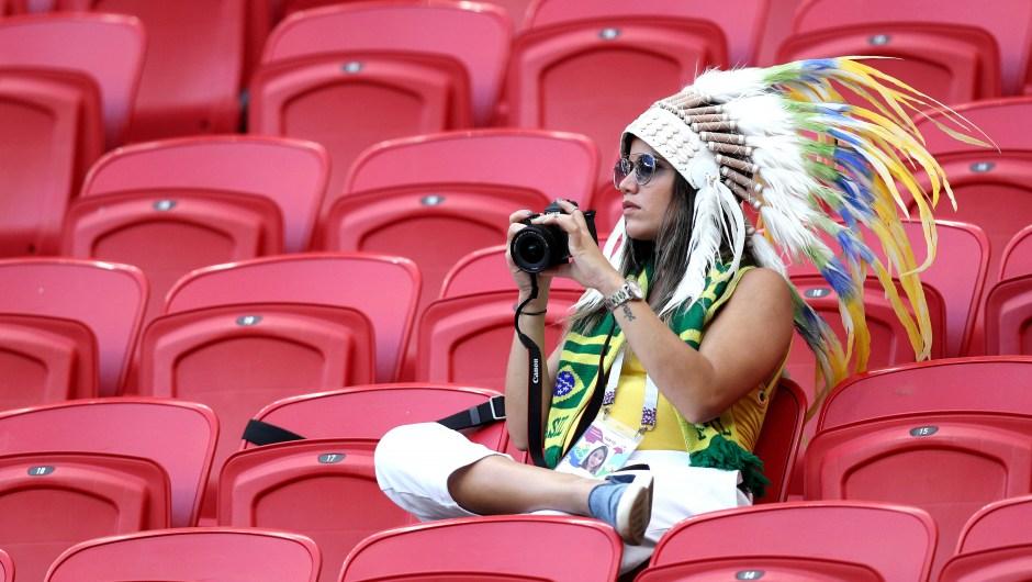 Una fanática de Brasil, preparada con su cámara para el inicio del partido que enfrentará a su selección con la de Bélgica. (Crédito: Buda Mendes/Getty Images)