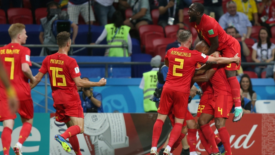 El equipo de Bélgica celebra ponerse por delante en el marcador con un gol en propia puerta de Fernandinho en el partido ante Brasil. (Crédito: ROMAN KRUCHININ/AFP/Getty Images)
