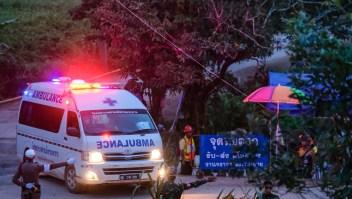 Las ambulancias llevaron a los niños rescatados del sistema de cuevas
