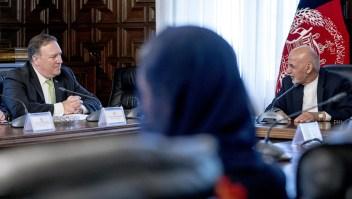Mike Pompeo, secretario de Estado de EE.UU., durante una reunión con Ashraf Ghani, presidente de Afganistán, este lunes. (Crédito: ANDREW HARNIK/AFP/Getty Images)