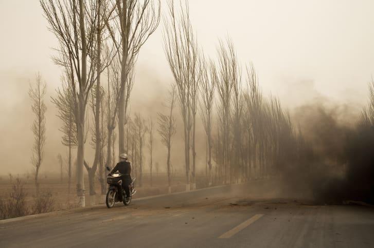 Una imagen de Benoit Aquin de una motocicleta conduciendo a través de una tormenta de polvo en Bayannur, Mongolia Interior. (Crédito: Benoit Aquin)