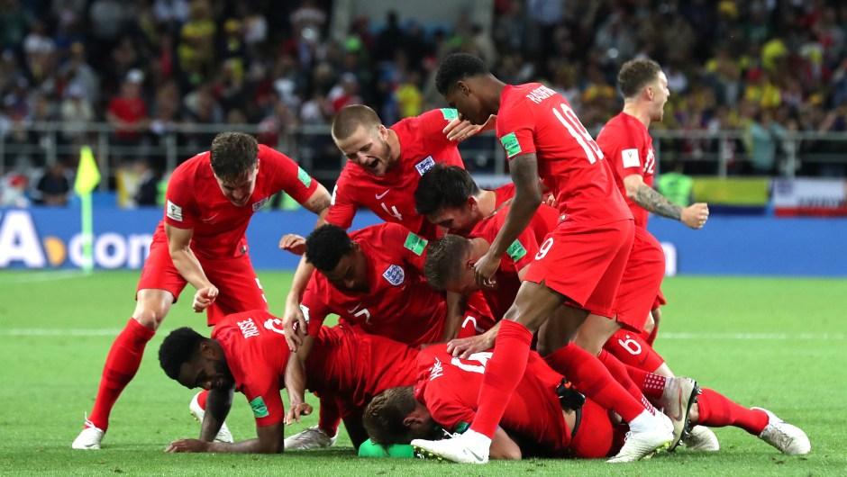 El equipo de Inglaterra se abalanza sobre el césped para celebrar su pase a cuartos de final, donde se enfrentarán a Suecia. (Crédito: Clive Rose/Getty Images)