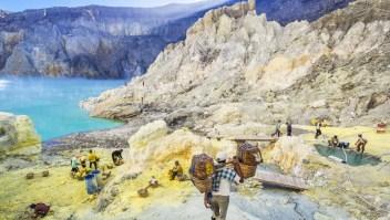 """Kawah Ijen, Indonesia: Aquí se puede ver a los mineros de azufre reunir lo que llaman """"el oro del diablo""""."""