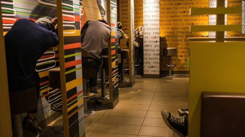 Es común ver a personas durmiendo en establecimientos de McDonald's en Hong Kong