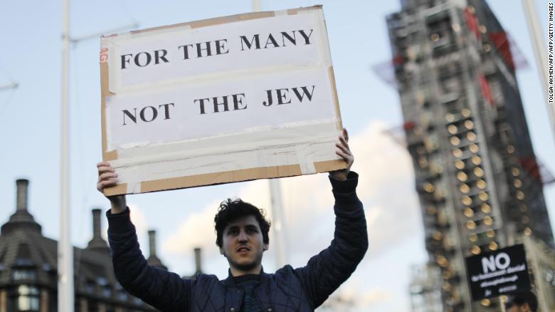 Los miembros de la comunidad judía protestan contra Corbyn y el antisemitismo fuera del Parlamento en marzo.