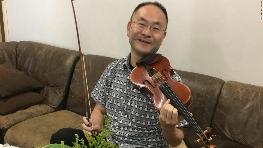 Ken Sasaki, y su violín, están disponible para alquilar por alrededor de 9 dólares